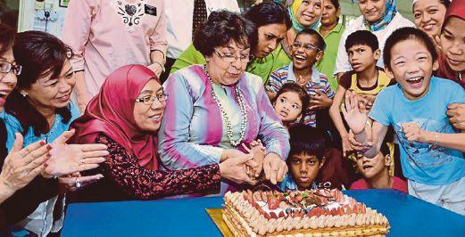 Renaissance Kuala Lumpur staff celebrates Hari Taya with children of Tasputra Perkin. Pic by Ahmad Ikhmal Hisham Murad